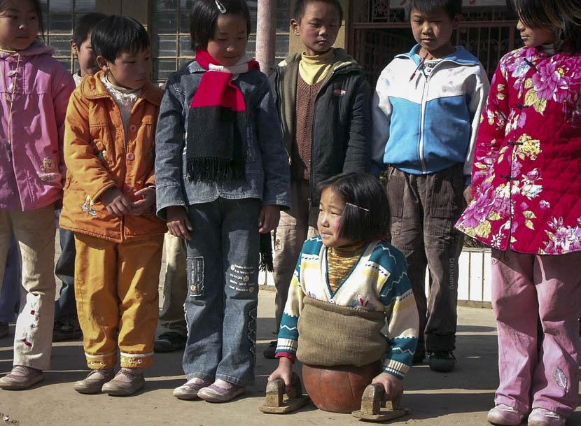 Qian Hongyan's classmates stare down at her, Luliang County, Yunnan province, Jan. 4, 2005. VCG