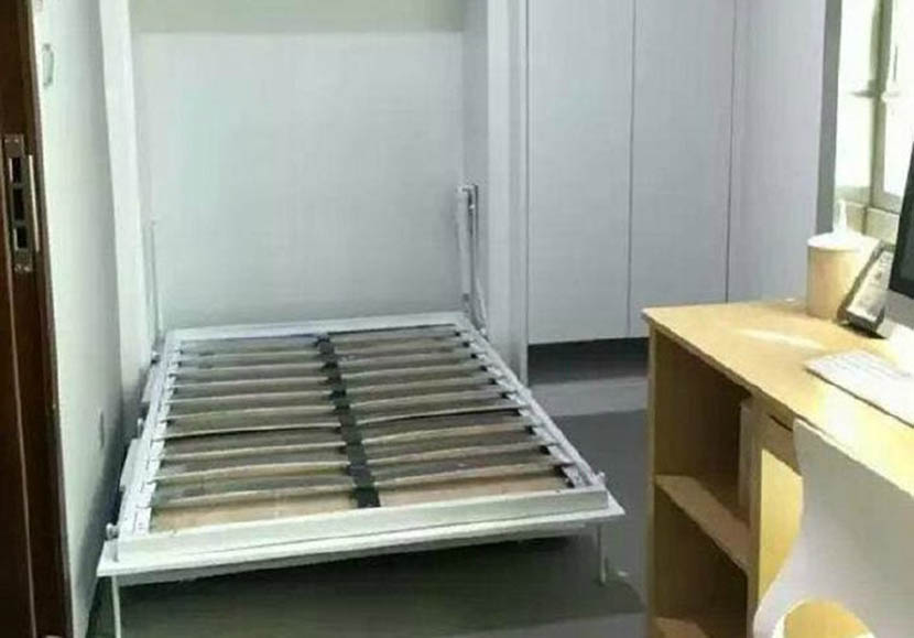 The bed can be folded into a closet during the day to maximize living space. @xinhuawang from Weibo