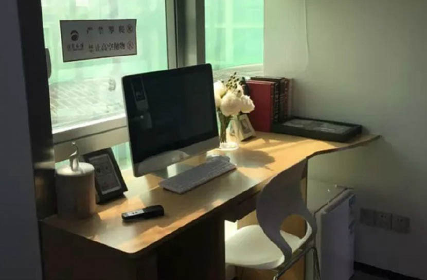 A computer desk in the approximately 6-square-meter apartment. @xinhuawang from Weibo