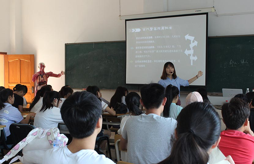 An instructor gives a presentation on embalming at the department of funeral services at Changsha Social Work College, Hunan province, Sept. 21, 2016. Cai Yiwen/Sixth Tone