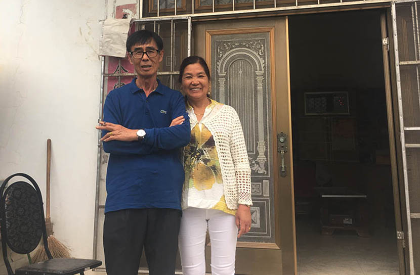 Wang Guoyan and his wife pose for a photo in front of their house in Huaitang Village, Anhui province, Sept. 6, 2016. Ni Dandan/Sixth Tone