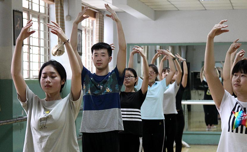 A male student practices ballet at Zhengzhou Preschool Education College, Henan province, May 12, 2016. VCG