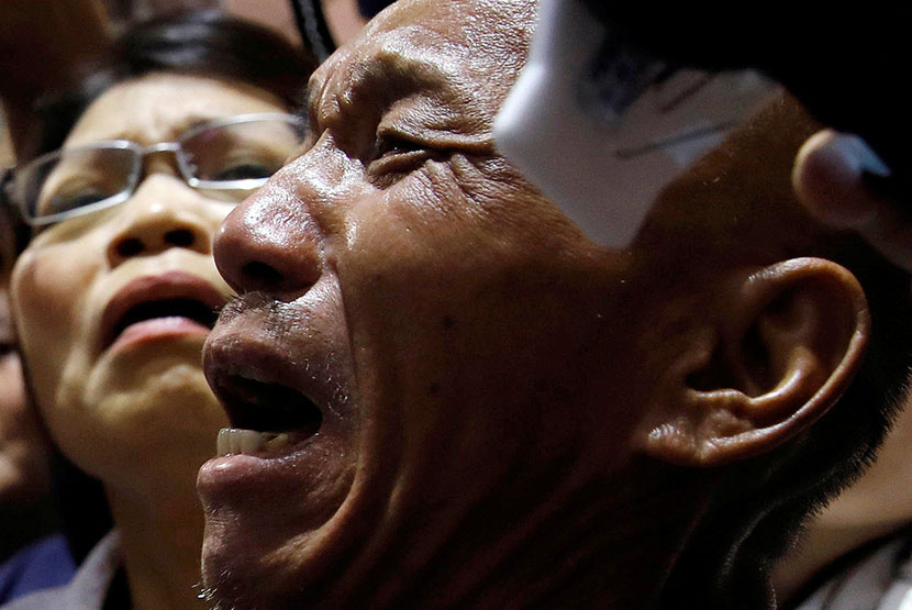 Shen Jui-chang, chief engineer of the Naham 3, cries with his wife at the airport after being freed from Somali pirates, Taoyuan, Taiwan, Oct. 26, 2016. The crew were held hostage for more than four years. Tyrone Siu/Reuters