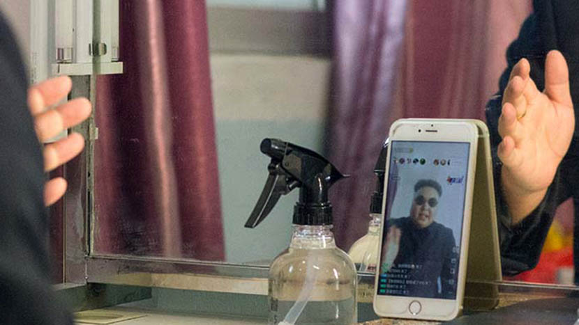 Zhang Daiming using Huajiao, a popular live-streaming platform, Dongguan, Guangdong province, Nov. 9, 2016. Kevin Schoenmakers/Sixth Tone
