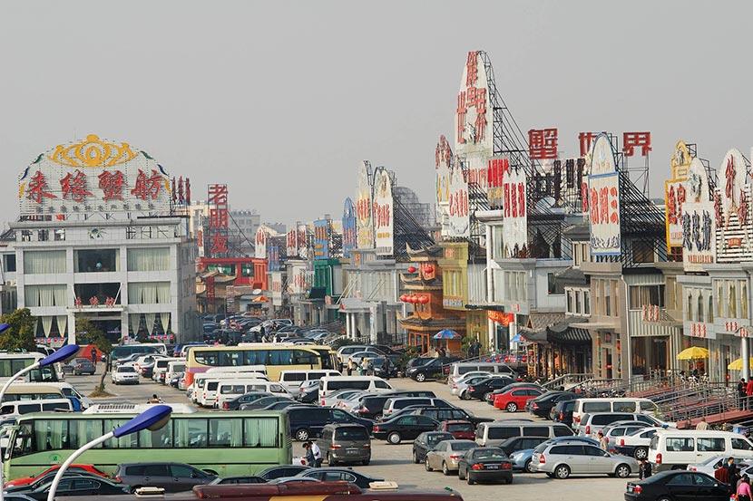 Tourists overrun the local restaurants during crab season in Bacheng, Jiangsu province, Nov. 3, 2007. Yan Minglei/IC
