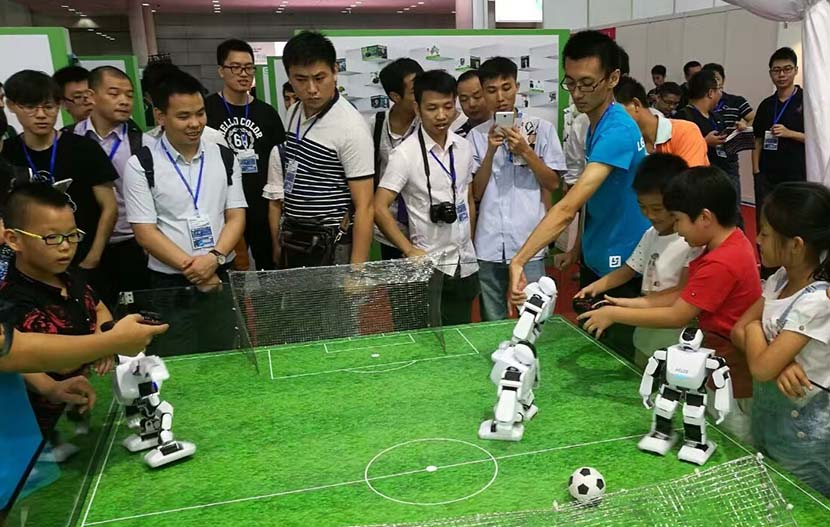 Children play with Aelos robots at the Shenzhen Convention and Exhibition Center, Guangdong province, August 2016. From Leju's official Weibo account