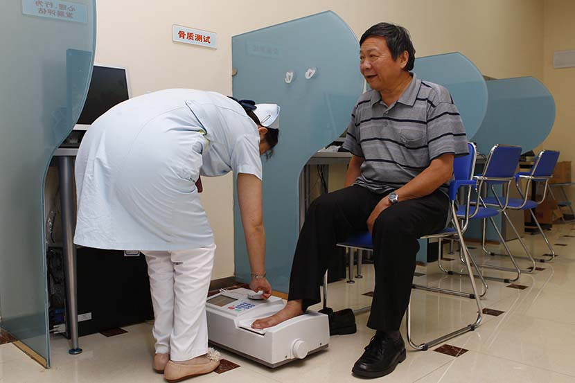 A patient receives treatment for osteoporosis at a community health service center in Pudong District, Shanghai, Sept. 26, 2012. Wang Chen/Sixth Tone