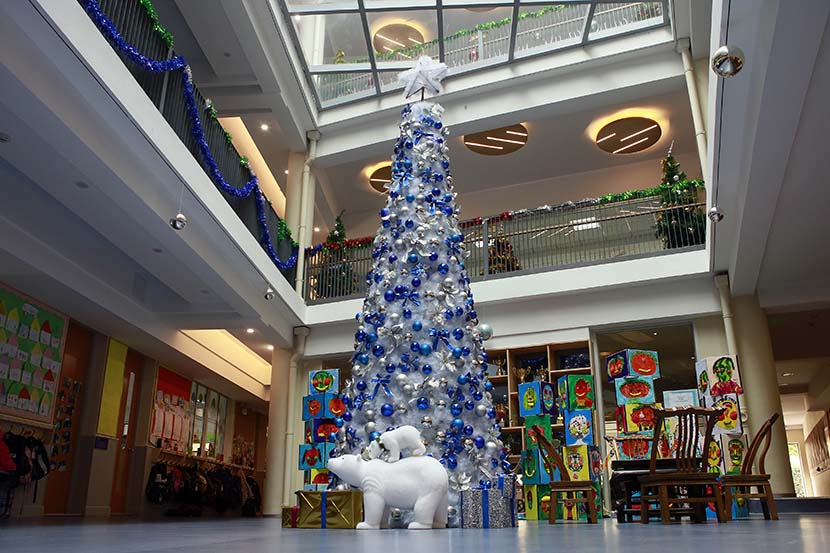 Holiday decorations at Shanghai United International School, Dec. 1, 2015. Yong Kai/Sixth Tone
