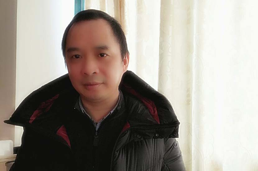Dr. Ren Liming poses for a photo wearing a coat worth over 10,000 yuan. @chengduxiashuidao from Weibo