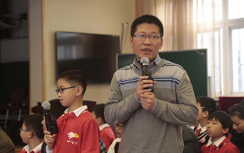 The father of a fifth-grade boy shares stories of his son at Zhabei No. 3 Central Primary School, Shanghai, Dec. 7, 2016. Li You/Sixth Tone