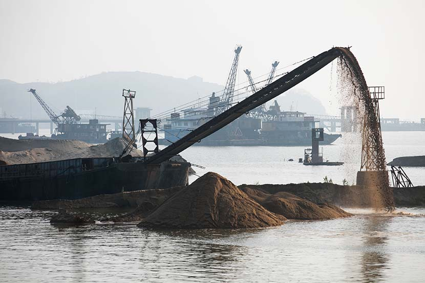 Dredging activity near the shore of Poyang Lake in Jiujiang, Jiangxi province, April 28, 2016. Lu Jian/VCG