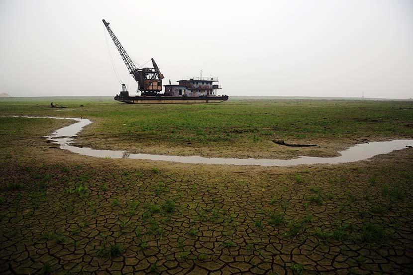 A sand-mining boat stranded on dry land near Poyang Lake in Jiujiang, Jiangxi province, Nov. 17, 2013. Cheng Xin/VCG