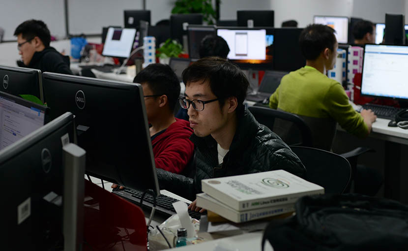 Employees work at Aiwujiwu's headquarters in Shanghai, Dec. 9, 2016. Beatrice Di Caro/Sixth Tone