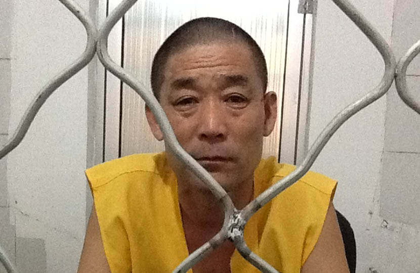 Ding Hanzhong sits in a jail cell. @gongxiangdonglushi from Weibo
