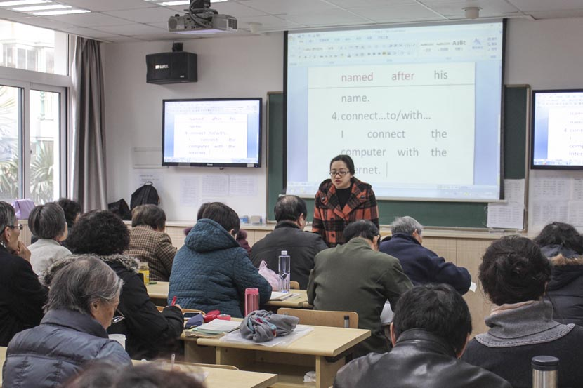 Students take an English class at Shanghai University for the Elderly, Dec. 28, 2016. Cai Yiwen/Sixth Tone