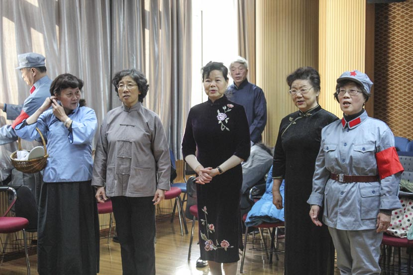 Students prepare for a performance at Shanghai University for the Elderly, Dec. 27, 2016. Cai Yiwen/Sixth Tone