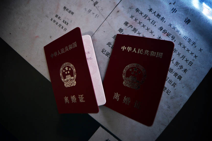 Two divorce certificates lie on a table at a civil affairs bureau in Shijiazhuang, Hebei province, April 18, 2014. VCG
