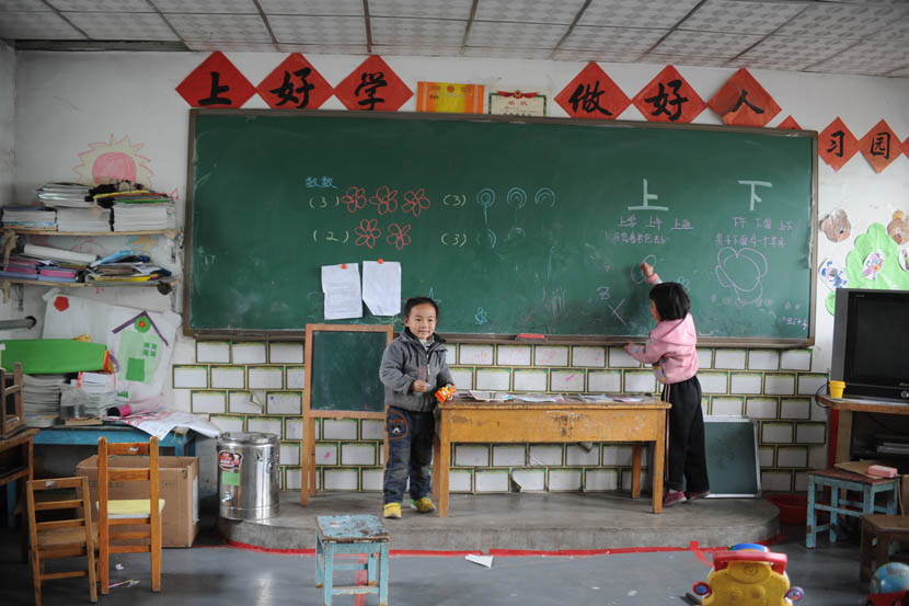 A girl writes on the blackboard in a classroom at the Tongxin Experimental Primary School, Beijing, April 20, 2012. VCG