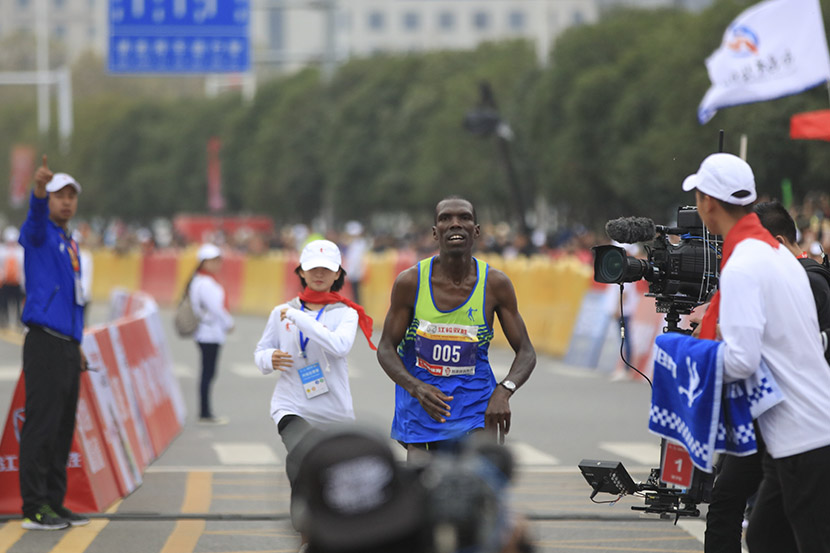 Thomas Ekriu won first place in the inaugural Nanchang International Marathon, Nanchang, Jiangxi province, Nov. 20, 2016. Li Long/VCG