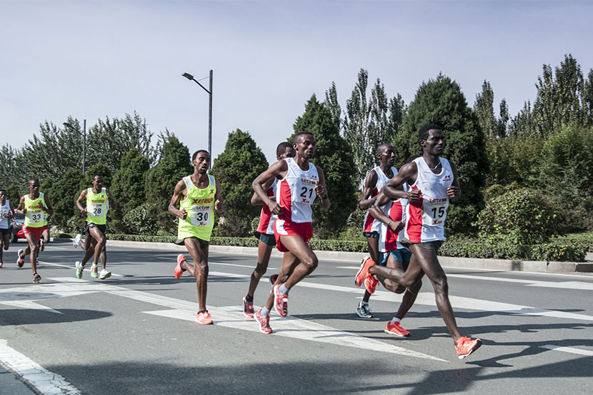 Runners from Africa take the lead in the 2015 Taiyuan International Marathon, Taiyuan, Shanxi province, Sept. 13, 2015. Qi Zhigang/IC