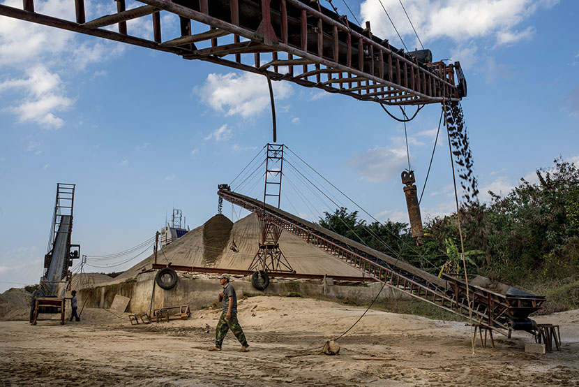 Conveyor belts move sand from the dredges to the shore for drying, Simaogang, Yunnan province, Jan. 29, 2016. Luc Forsyth for Sixth Tone
