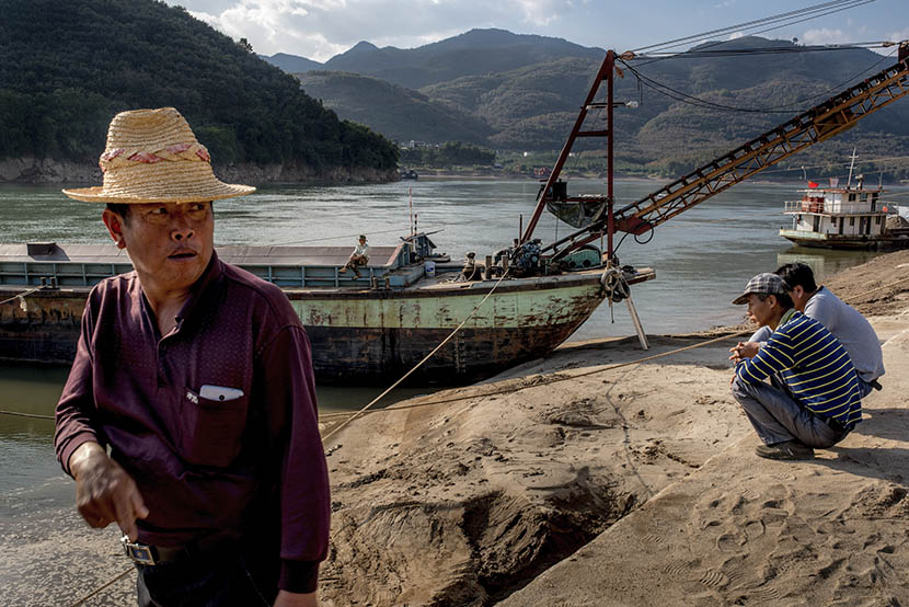 Sand dredgers on the shore of the Mekong River in Simaogang, Yunnan province, Jan. 29, 2016. Luc Forsyth for Sixth Tone