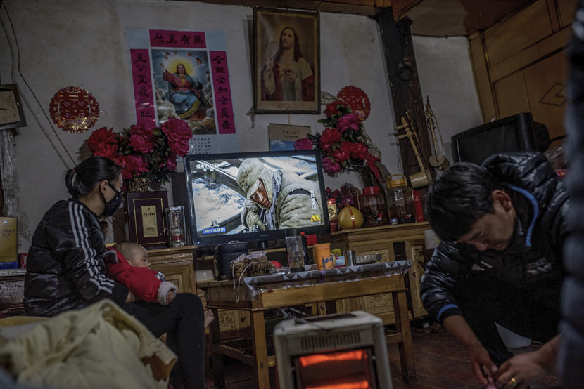A Tibetan family in their living room in Cizhong, Yunnan province, Feb. 12, 2016. Luc Forsyth for Sixth Tone