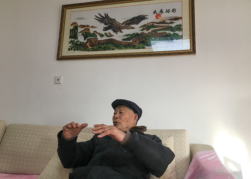 Jin Renzu, 80, talks about his experience relocating from rural Xinqiao Village to his new suburban home on Chongming Island, Shanghai, Jan. 28, 2017. Ni Dandan/Sixth Tone