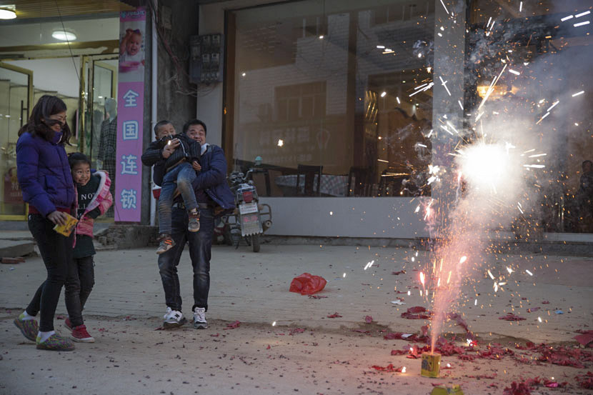 Lü Tong and her family watch firecrackers go off in Xiangshuitan Township, Jiangxi province, Feb. 11, 2017. Chen Ronghui/Sixth Tone