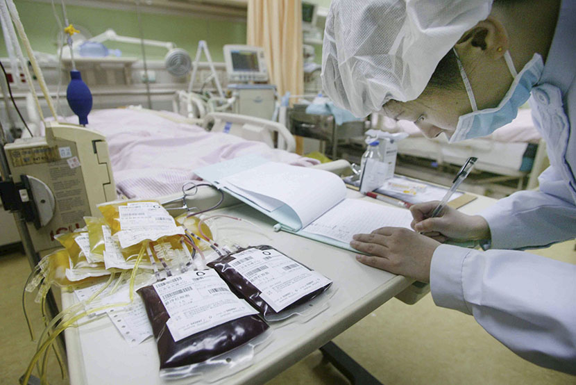 Medical staff prepare to do a blood transfusion for an Rh negative patient in Nanjing, Jiangsu province, July 15, 2007. IC