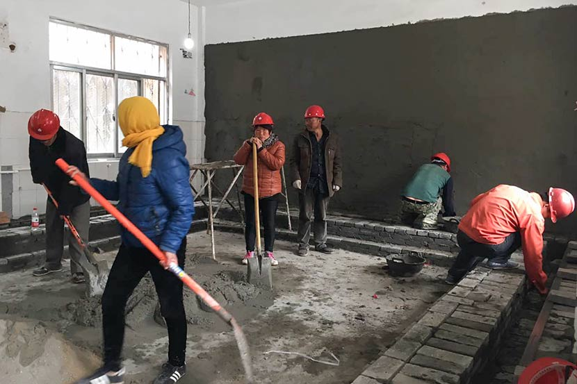 Workers construct a bathroom at No. 3 Experimental Primary School in Puyang, Henan province, March 23, 2017. Zhou Na/Sixth Tone