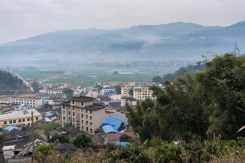 A view of Mangshi, a small town in Yunnan province near the border between Myanmar and China. The mountains in the background are in Myanmar, March 20, 2017. Thomas Cristofoletti/Ruom for Sixth Tone