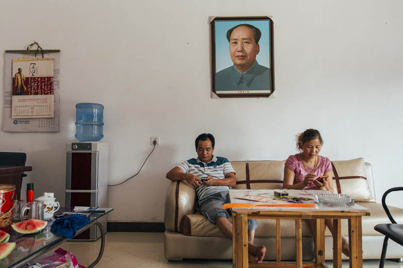 Liu Bing and his wife Ou Yang handle online orders at their home in Shaoshan, Sept. 16, 2015. Xu Xiaolin/Sixth Tone