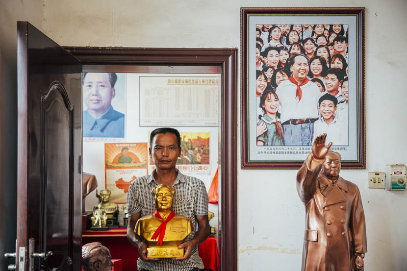 Tian Yongjun holds a golden bust of Mao in Shaoshan, Sept. 16, 2015. Xu Xiaolin/Sixth Tone