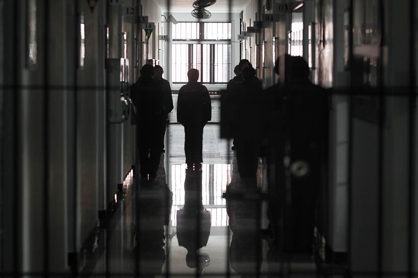 Prisoners walking down a hallway at Shanghai Women's Prison, March 11, 2016. Gao Zheng/Sixth Tone