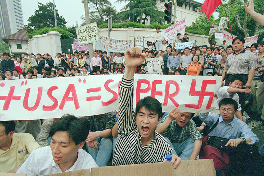 Students and workers protest the killing of Chinese nationals in Yugoslavia in front of the U.S. Consulate in Shanghai, May 1999. Yu Wenguo/VCG