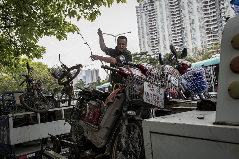 Seized e-bikes about to be transferred to a holding yard in Shenzhen, Guangdong province, April 6, 2016. Zhou Pinglang/Sixth Tone