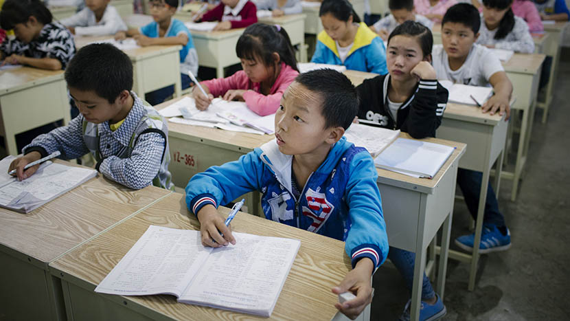 Li Hui in class in his first week of junior middle school in a poorer area of Zunyi, Guizhou province, Sept. 15, 2015. Zhou Pinglang/Sixth Tone
