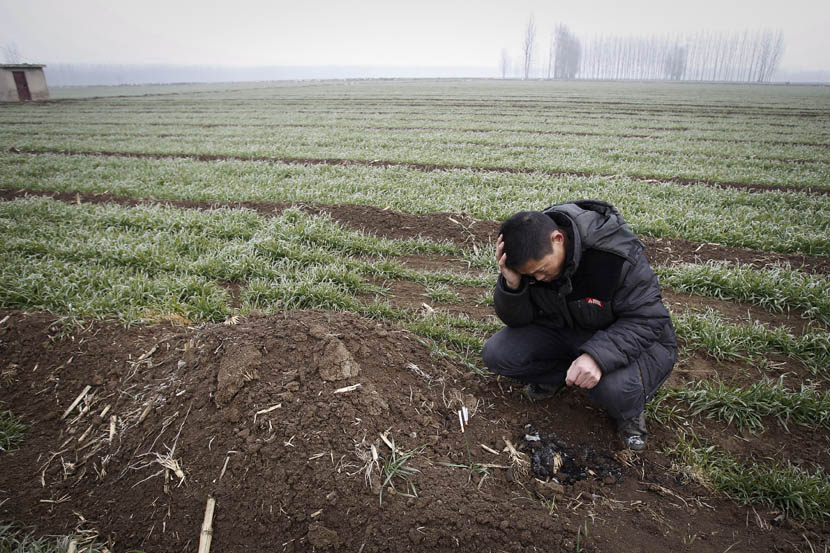 He Jingyun mourns his late son He Xiwen on a farm in Jining, Shandong province, Jan. 7, 2016. Gao Zheng/Sixth Tone