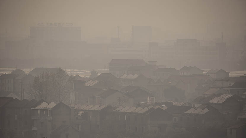 A thick pall of smog engulfs Sanjiang Village, Shaoxing, Zhejiang province, Dec. 12, 2015. Chen Ronghui/Sixth Tone