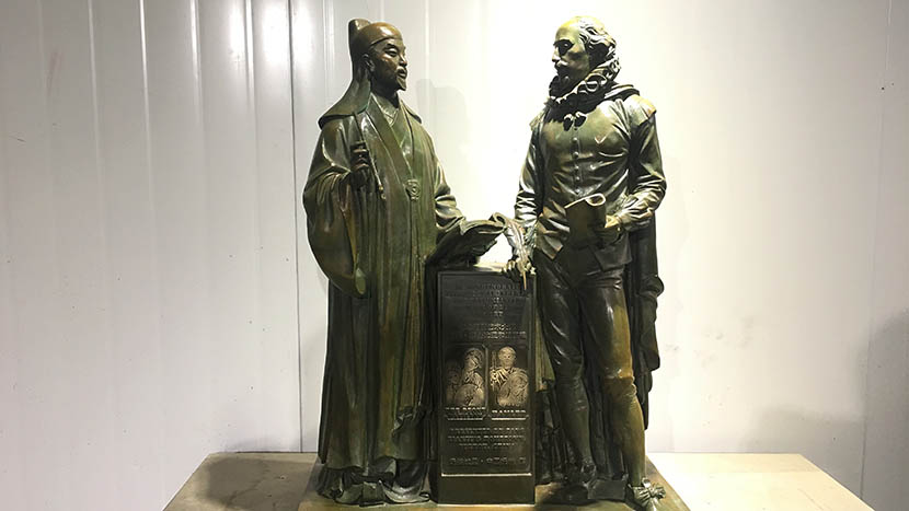 One of two commemorative statues depicting Tang and Shakespeare standing side by side, Hangzhou, April 14, 2016. Courtesy of Publicity Department of the Fuzhou Municipal Government