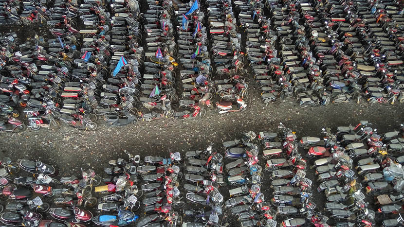 Aerial view of rows of seized e-bikes and motorcycles in a parking lot in Shenzhen, Guangdong province, April 5, 2016. IC