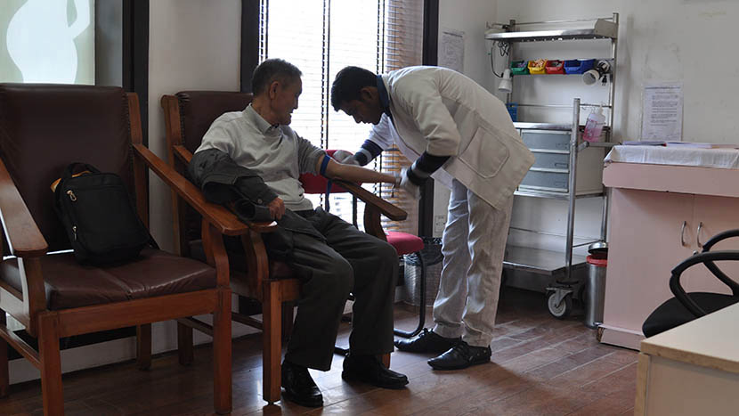 One member of the medical tourist group receive a blood test at a private clinic in Delhi, India, Jan. 11, 2016. Courtesy of Xie Heying