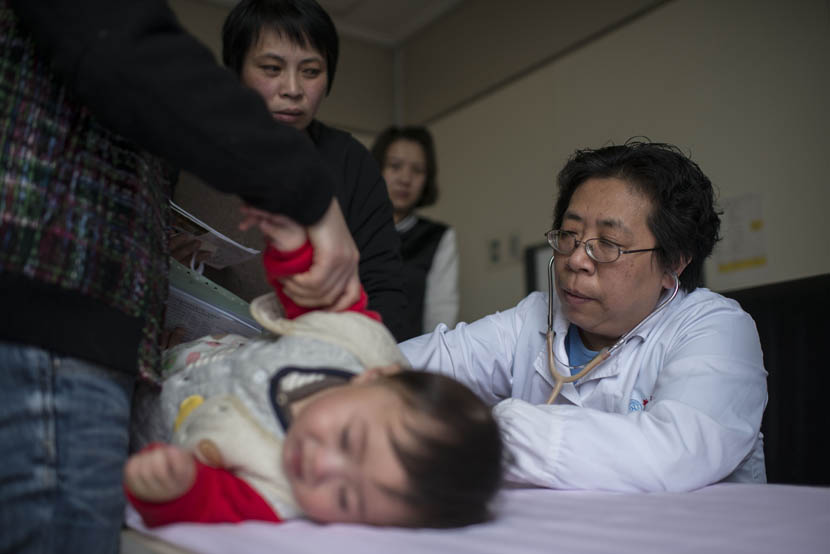 Dr. Yu Huiju examines a patient at Xin Hua Hospital in Shanghai, April 4, 2016. Wu Yue/Sixth Tone