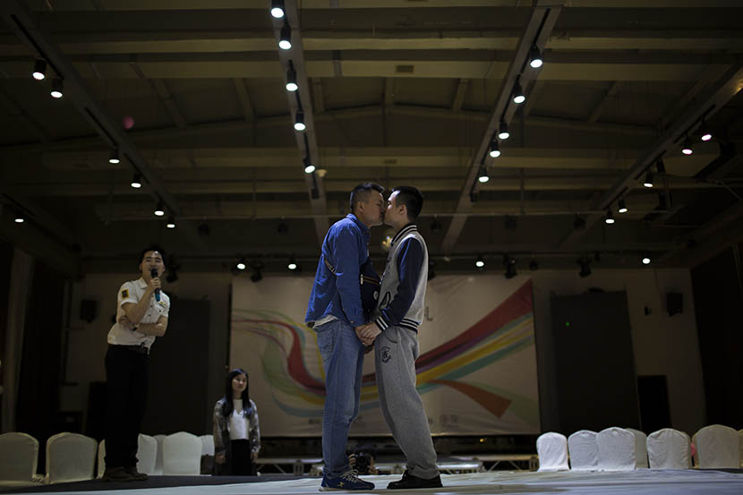 Sun Wenlin and Hu Mingliang go through the wedding rehearsal at a restaurant in Changsha, Hunan province, May 15, 2016. Wu Yue/Sixth Tone