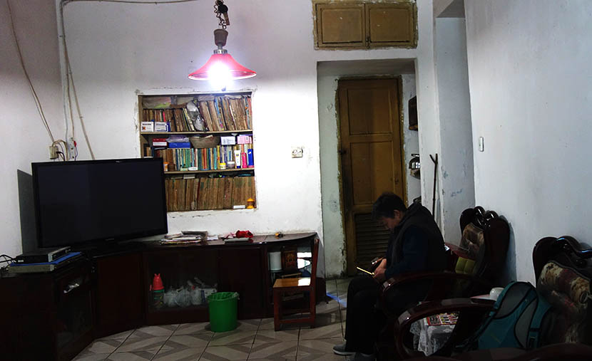 Li Zhenxu calls her daughter while at home in Guangyuan, Sichuan province, March 26, 2016. Ming Que/Sixth Tone