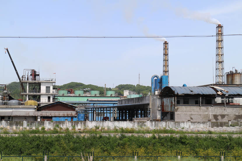 A factory owned by Hubei Yihua Chemical Industry Co. Ltd., next to the Yangtze River at Yichang, Hubei province, April 18, 2016. Shi Yi/Sixth Tone