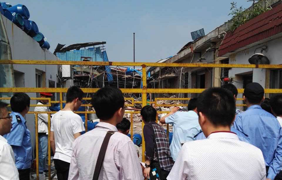 An explosion at the workshop of Shanghai Joule Wax Industry Co. Ltd. draws a large crowd in Qingpu District, Shanghai, May 23, 2016. From Li Huimin's Weibo account.