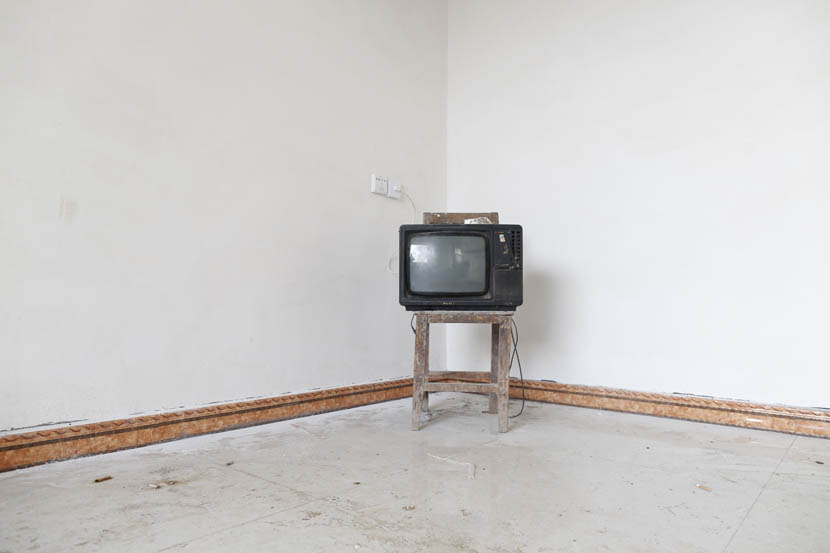 The 14-inch TV Zhou Cunnian bought with the 1,400 yuan he made from selling his blood, Wenlou Village, Shangcai County, Henan province, Nov. 24, 2015. Xu Haifeng/Sixth Tone
