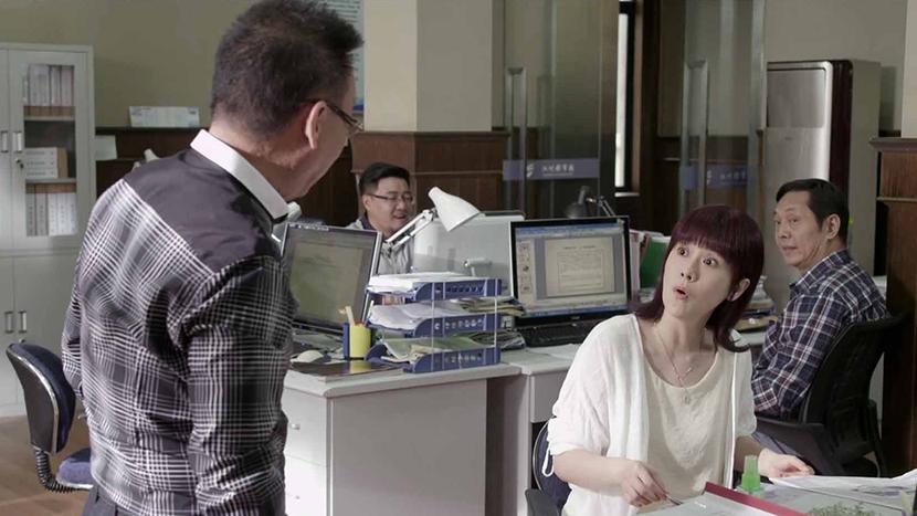 A still frame from 'Nu Bu Qiangda Tian Bu Rong' shows Zheng Yuqing arguing with a colleague.